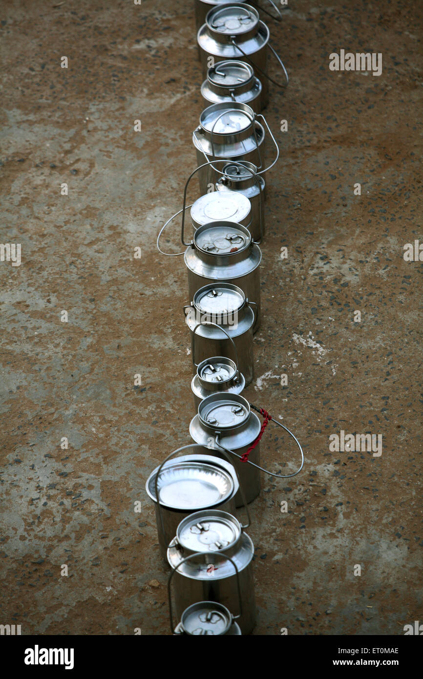 Queue de bidons de lait au centre de collecte du lait au dépôt du Gujarat Co operative Milk Marketing Photo Stock