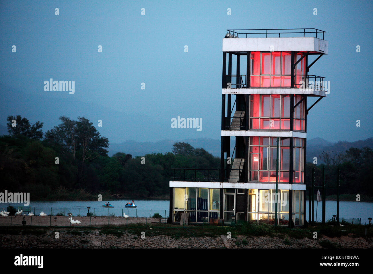 Bureau administratif ayant des lumières dans la lac sukhna