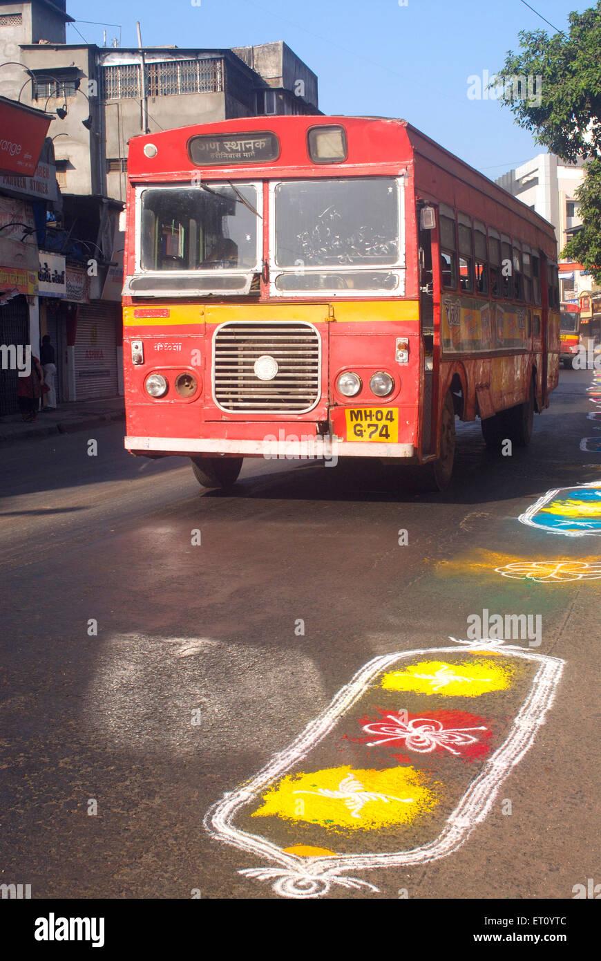 Bus et rangoli tirés sur road célébrer Gudi Padva Nouvelle Année d'Hindu à Thane Maharashtra Photo Stock