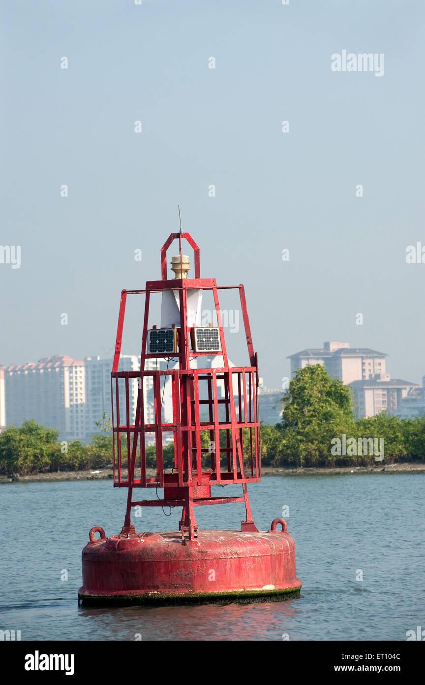 Bouée de sauvetage avec panneaux solaires érigé en mer; Cochin Kochi Kerala Inde; 2010; Photo Stock