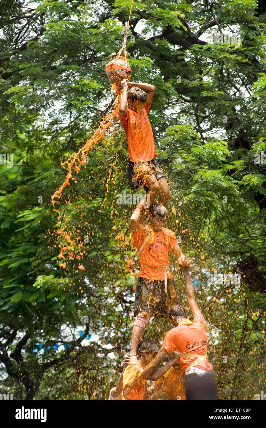 Pyramide humaine broken dahi handi douche de lait caillé et d'eau de curcuma sur janmashtami festival à Photo Stock