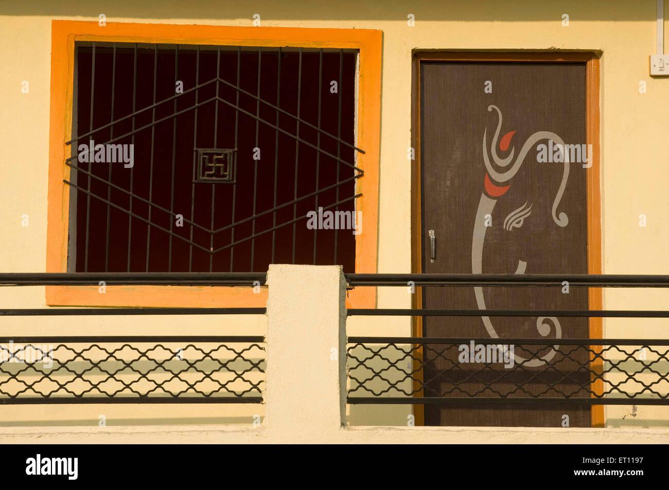Guest House avec le symbole du Seigneur Ganesh peint sur la porte de l'Asie l'Inde Maharashtra Beed Photo Stock