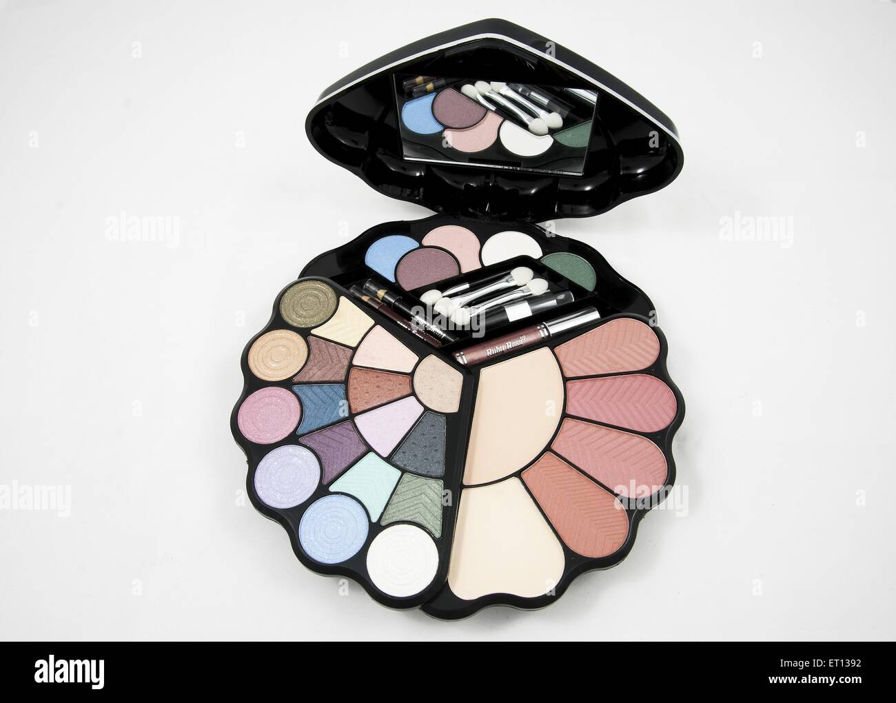 Avec palette ombres à paupières miroir sur un fond blanc Photo Stock