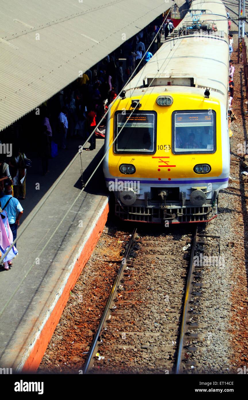 Western Railway suburban train local nouvellement mise en façade jaune; Bombay Mumbai Maharashtra; Inde; Banque D'Images