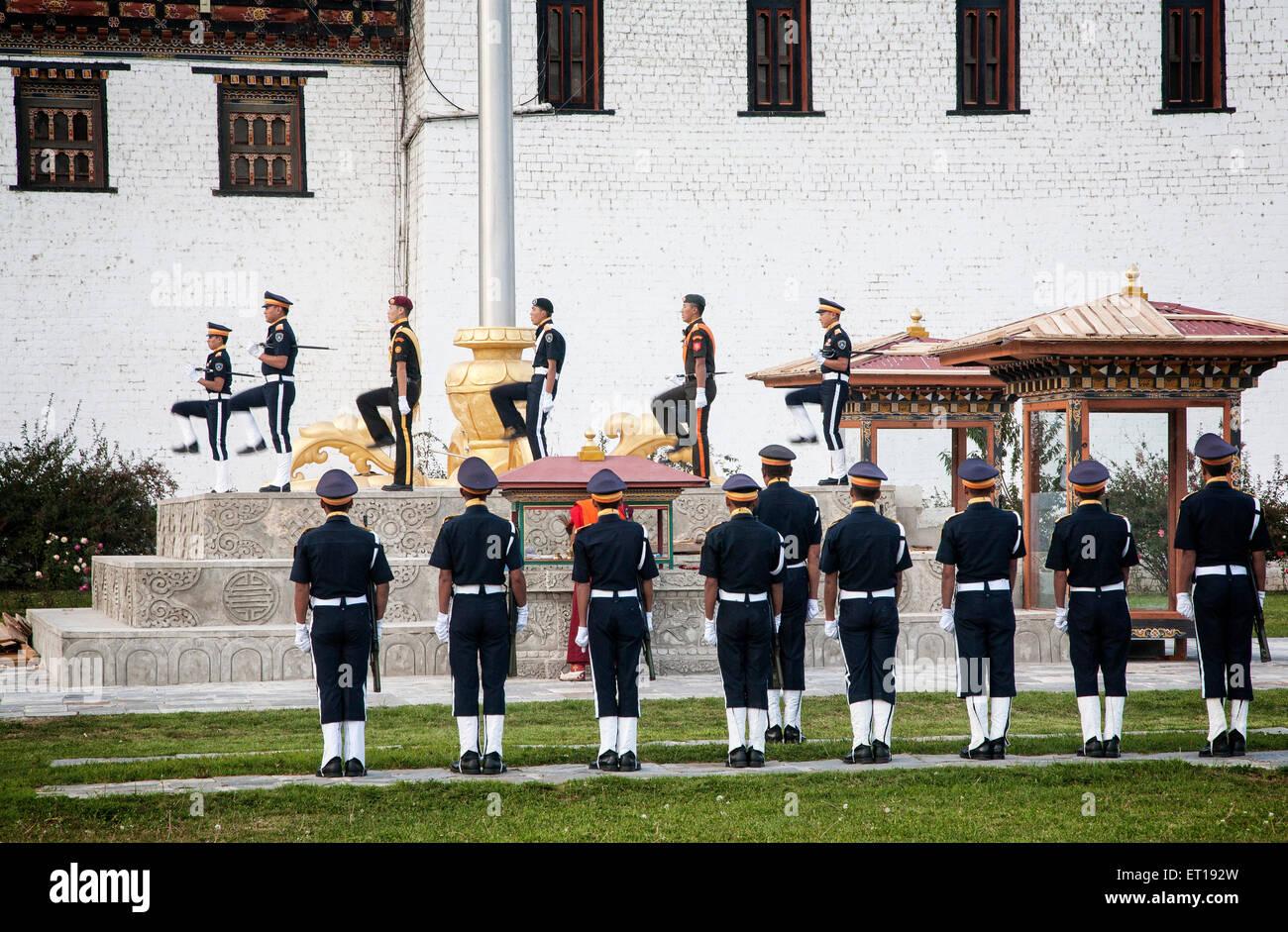La cérémonie du drapeau du soir à Thimphu Traschi Chhoe Dzong. Le Bhoutan. Photo Stock