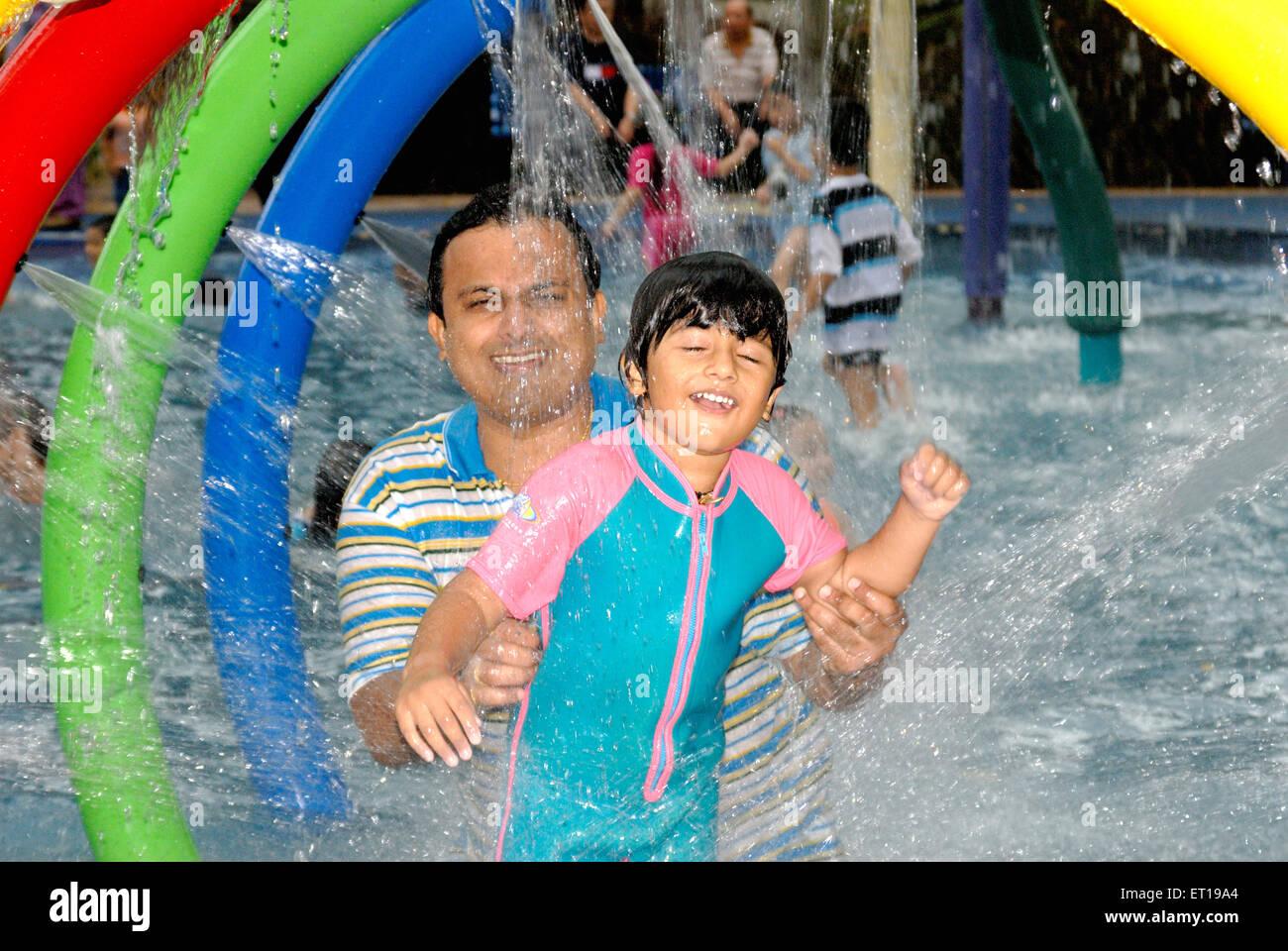 Bénéficiant d''une baignoire avec douche père fils en piscine M.#364 Photo Stock
