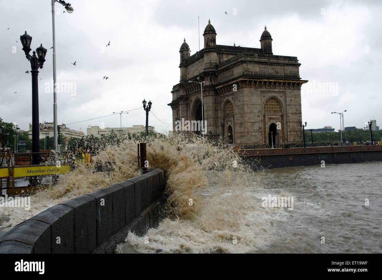 Marée haute, le fracas des vagues puissantes fous pendant la mousson au porte de l'Inde Mumbai Asie Photo Stock