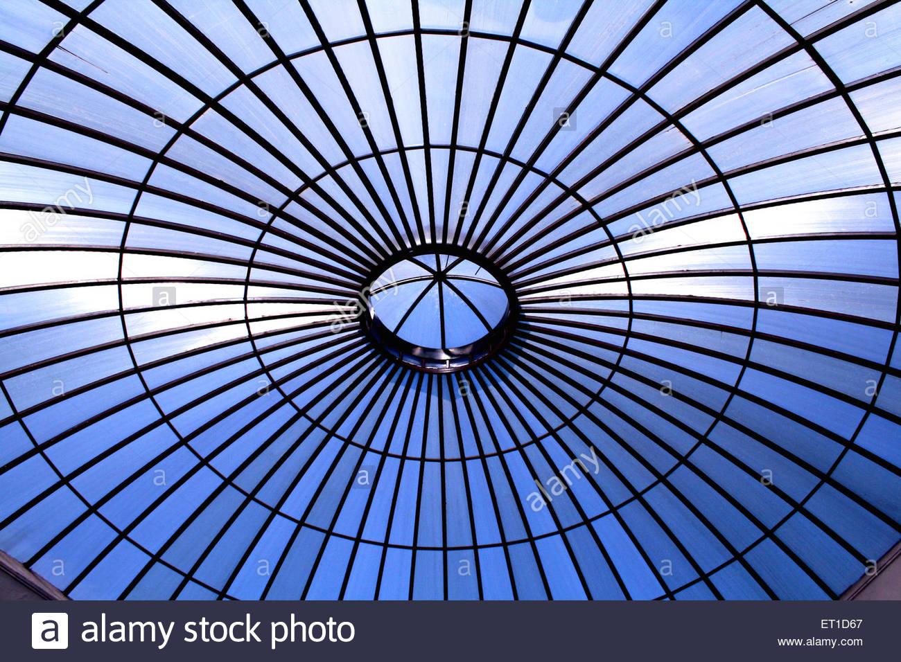 Modèle circulaire des cercles concentriques de grille en métal couleurs bleu et noir Photo Stock