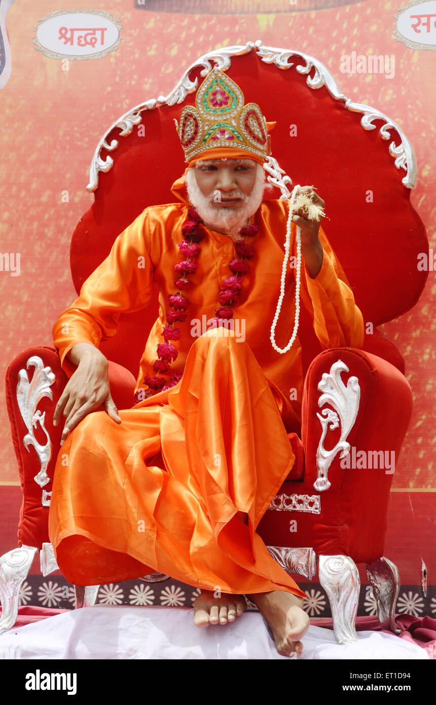 Un homme déguisé de Sai Baba en procession de Ramnavami Jodhpur Rajasthan Inde PAS DE MR Photo Stock