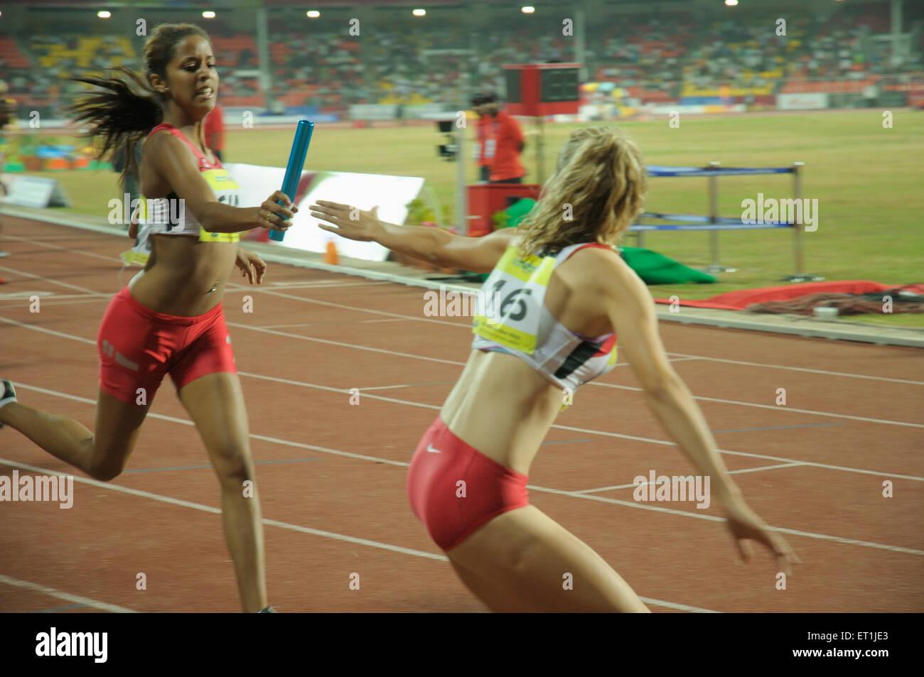 Athlète étranger passant baton à un autre athlète; Pune Maharashtra; Inde; Photo Stock