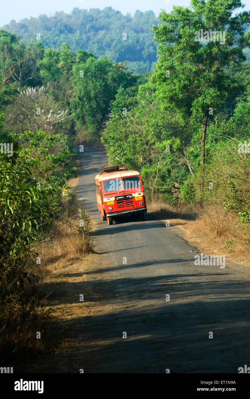 Route du village et de l'état solitaire transport bus près de Lanja district Ratnagiri;;; Photo Stock