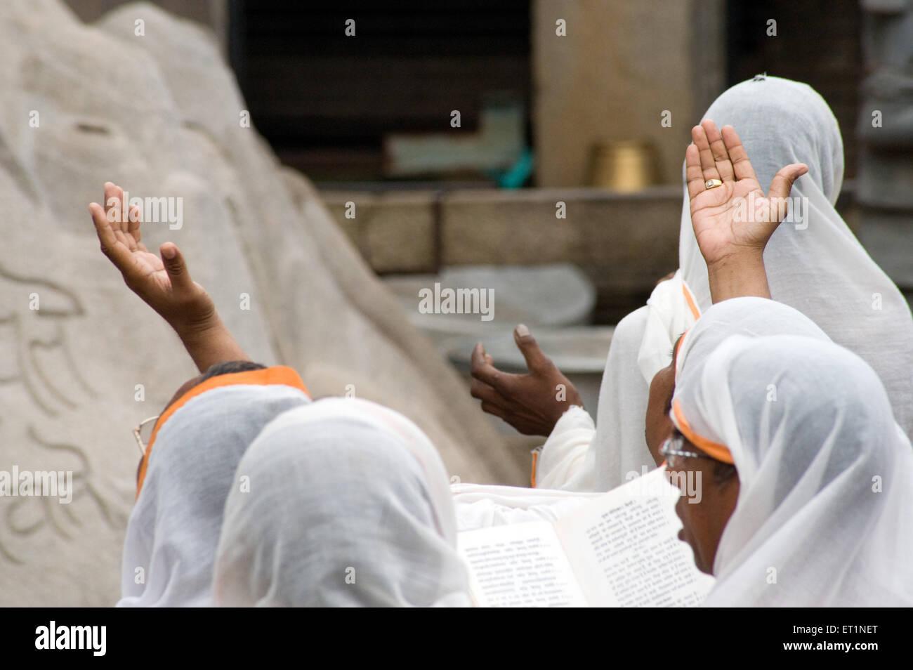 Dévot prosterné dans l'avant de la déité gomateshvara Sravanabelagola jain;;;; Photo Stock