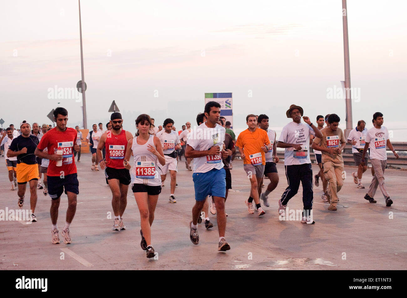 Les coureurs de marathon sur le lien; la mer; Bombay Mumbai Maharashtra Inde NOMR; Photo Stock