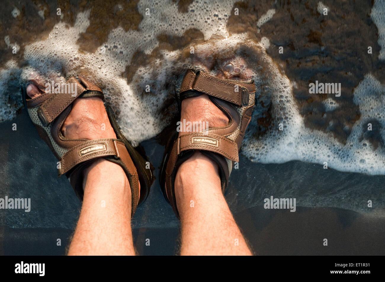 Les vagues de la mer ou surfer sur la fissuration sur traces à nagaon beach;;; Inde Maharashtra Photo Stock