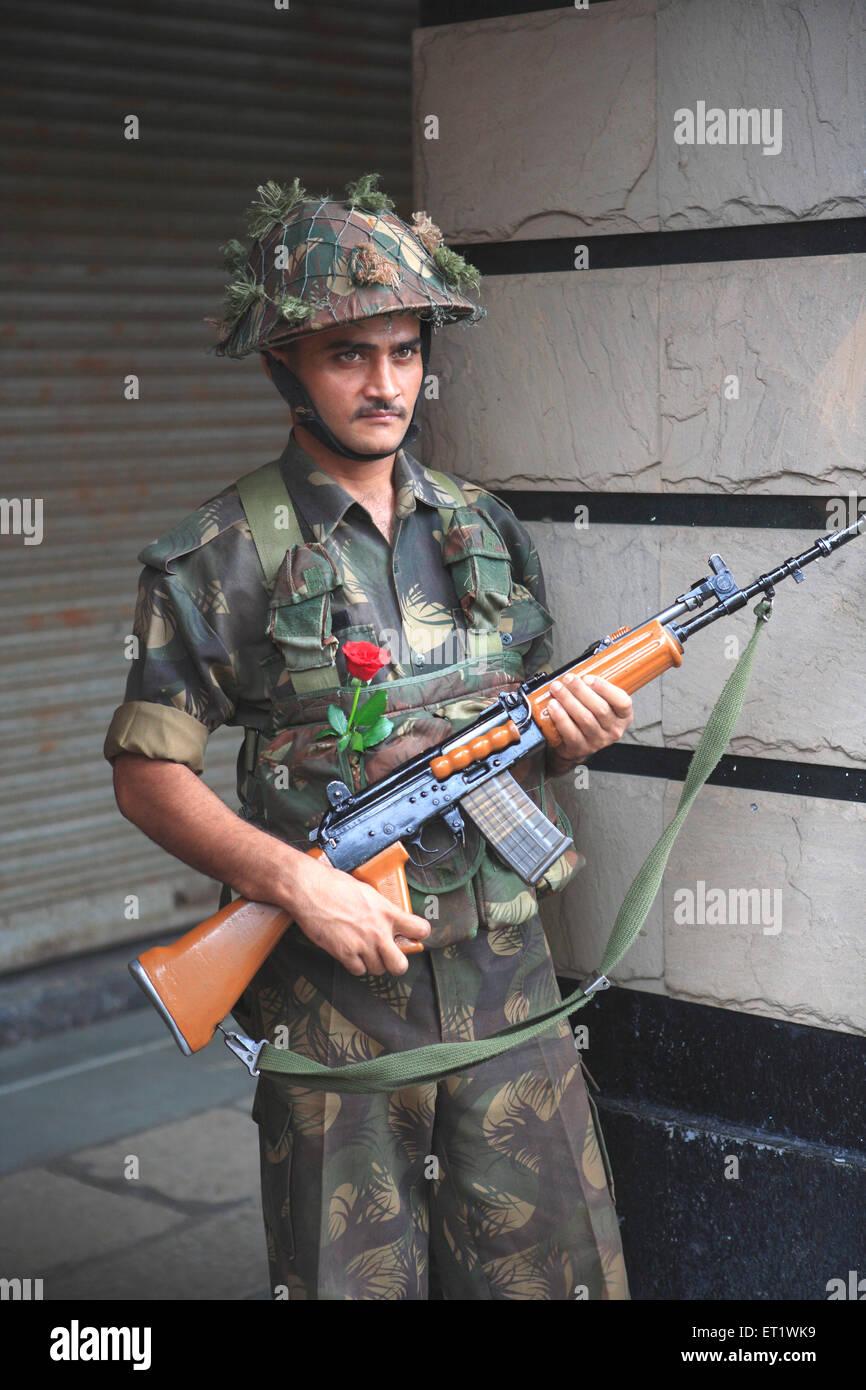 Le soldat garde avec rose dans la poche après la répression attaque par Deccan Mujahideen le 26 novembre Photo Stock