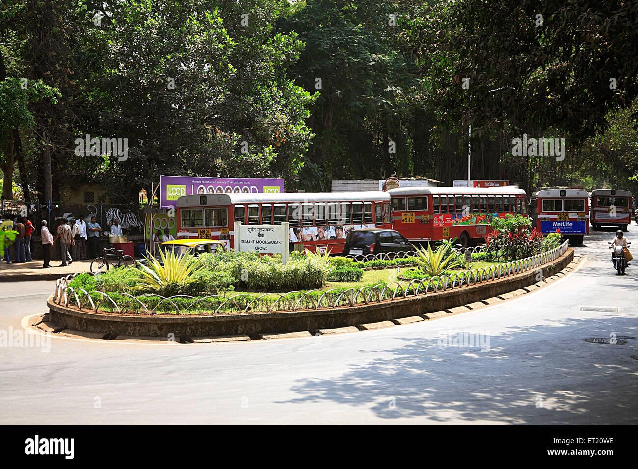 Sur le jardin et les véhicules routiers; Bombay Mumbai Maharashtra; Inde; Photo Stock