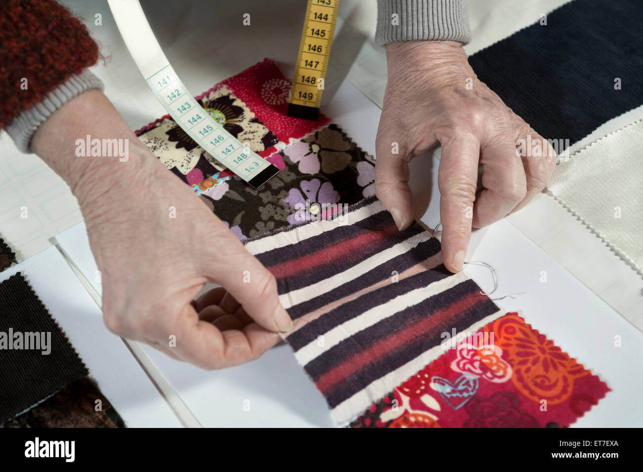 Senior female fashion designer travaillant en atelier Bavaria Allemagne Photo Stock