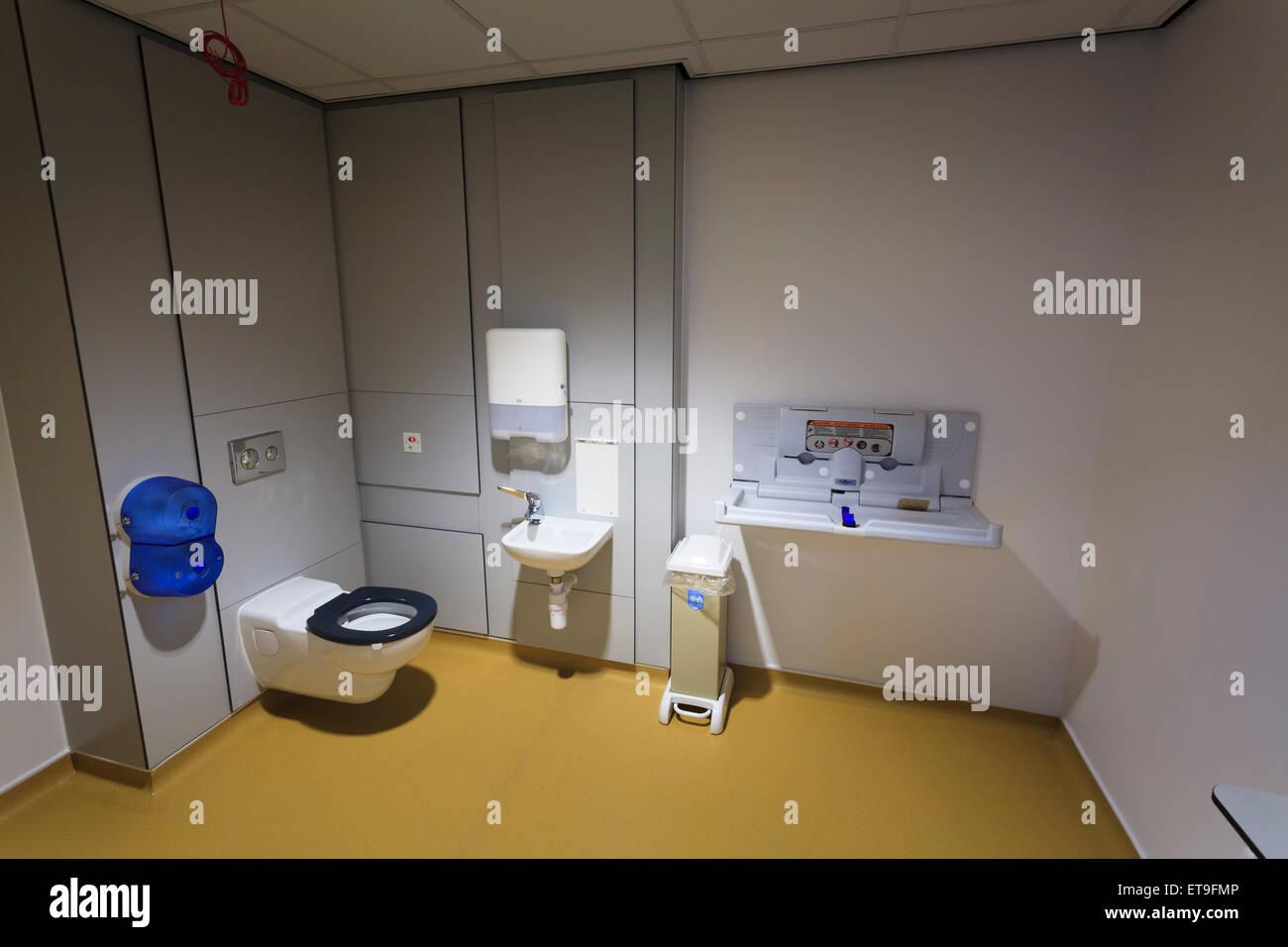 Bâtiment commercial avec toilettes fixée au mur à plat à l ...