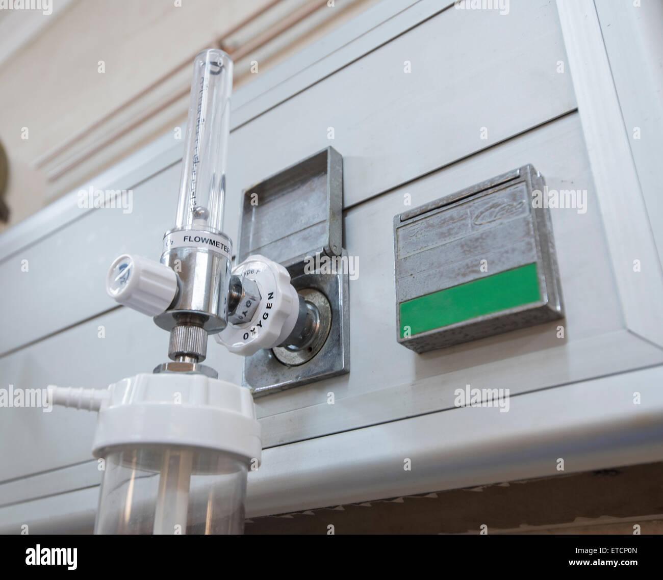 Closeup détail d'un compteur de débit de l'oxygène avec l'injecteur dans l'hôpital Photo Stock
