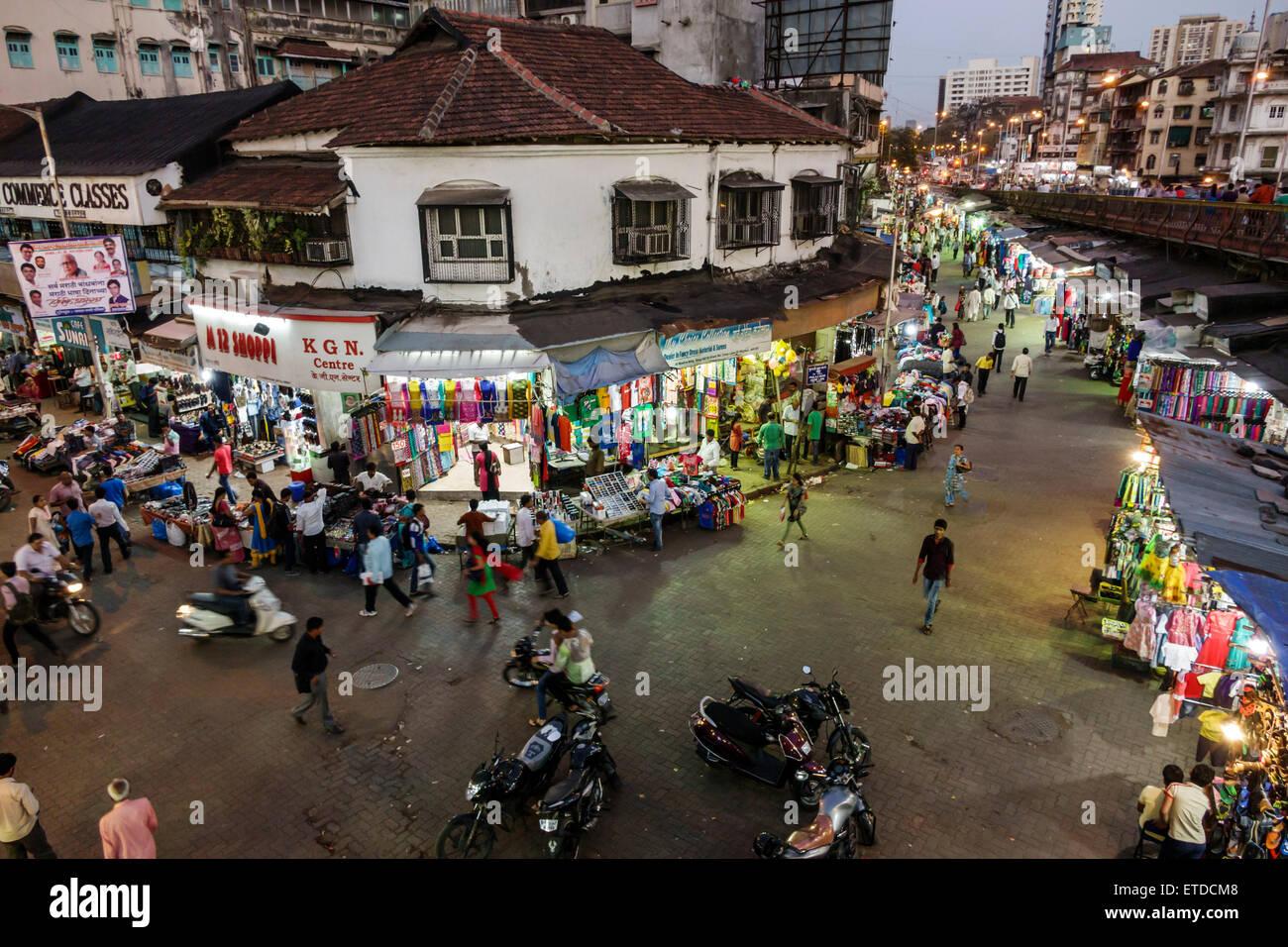Mumbai Inde Asie indienne Grant Road East Bharat Nagar nuit vie nocturne shopping street market vendors piétons Photo Stock