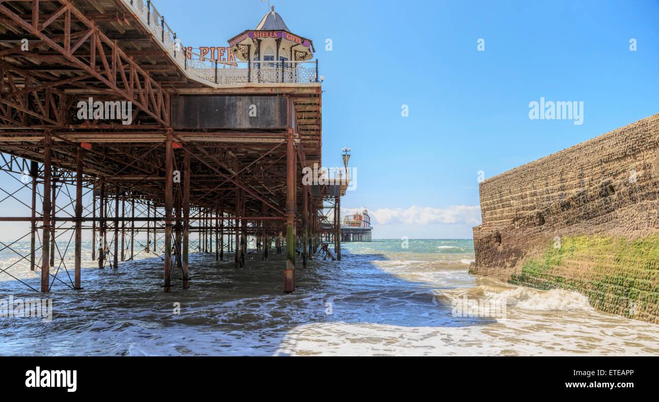 Vue sous marine de Brighton Pier et palais, ou o.k.a. Palace Pier, une jetée de Brighton, East Sussex, Angleterre, Royaume-Uni. Banque D'Images