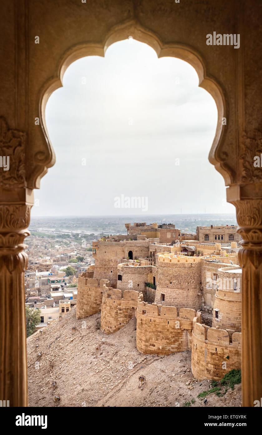 Ville et le fort vue de la fenêtre dans le musée du palais de la ville de Jaisalmer, Rajasthan, India Photo Stock