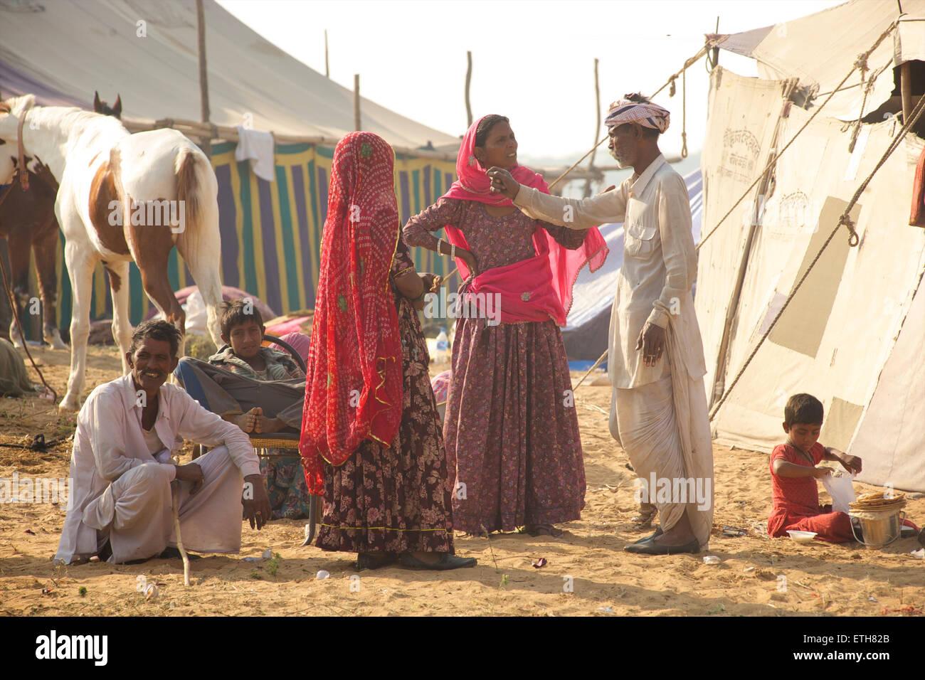 Famille Rajasthani et relaxant à parler. Foire de Pushkar, Rajasthan, India Banque D'Images
