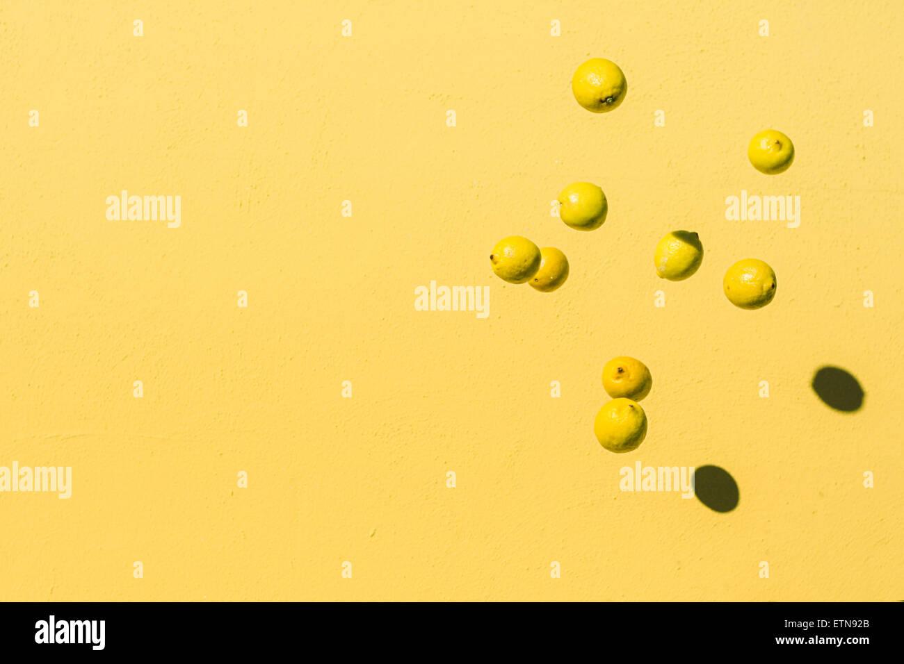 Résumé tiré de citrons voler dans l'air Photo Stock