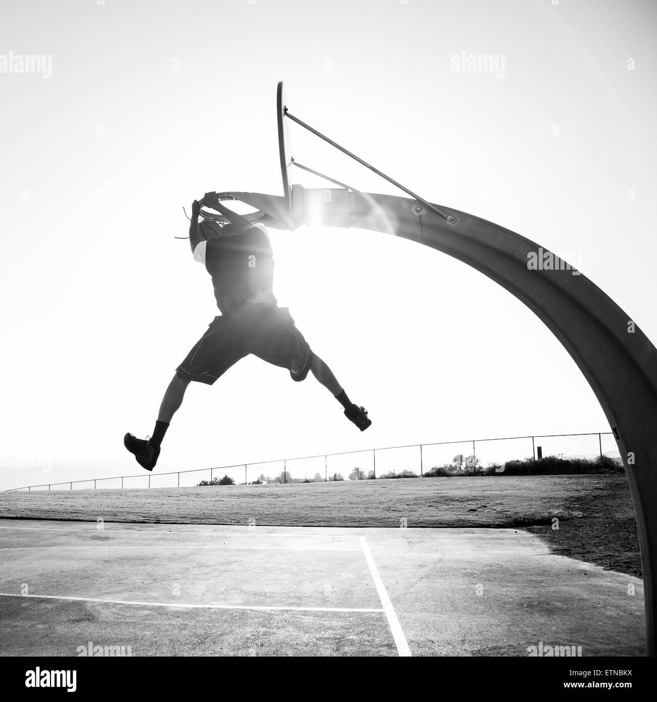 Jeune homme de basket-ball dans un parc, Los Angeles, Californie, USA Photo Stock
