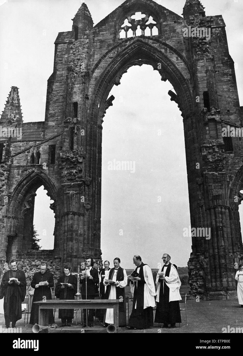Un service a lieu à Guisborough Priory. 18 mai 1975. Photo Stock