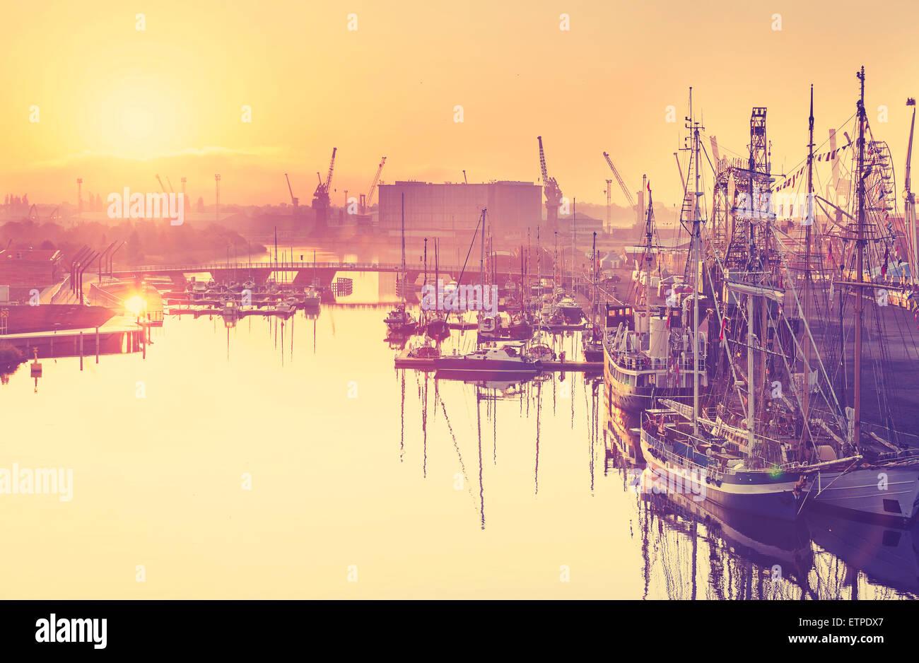 Tons Vintage golden sunrise sur le port, le bord de l'eau dans la région de Szczecin, Pologne. Photo Stock