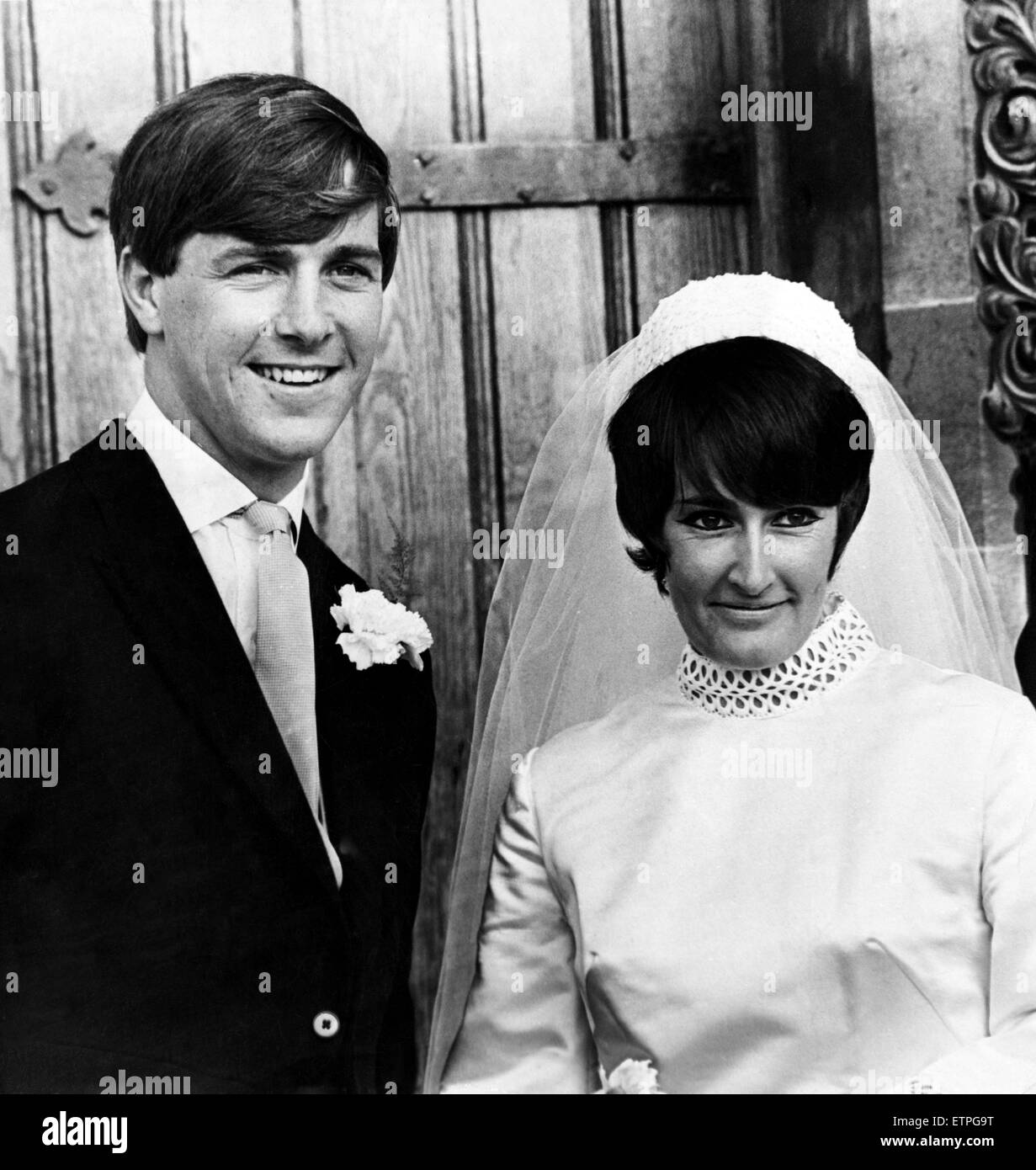 John Barry, (un demi-volée) et Janet Talfan Davies le jour de leur mariage, le 28 septembre 1969. Photo Stock