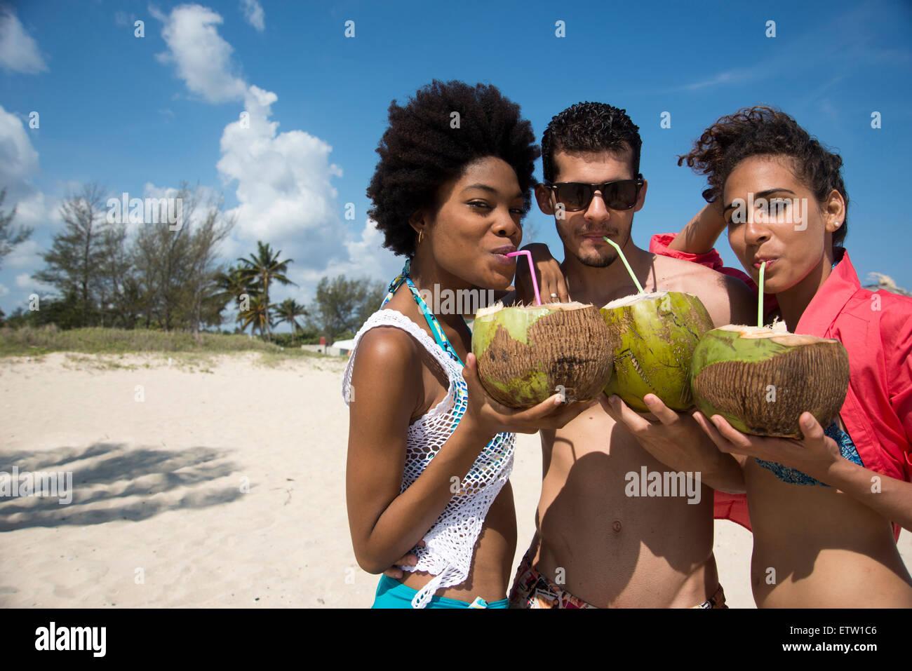 Trois personnes d'Amérique latine sur la plage Photo Stock