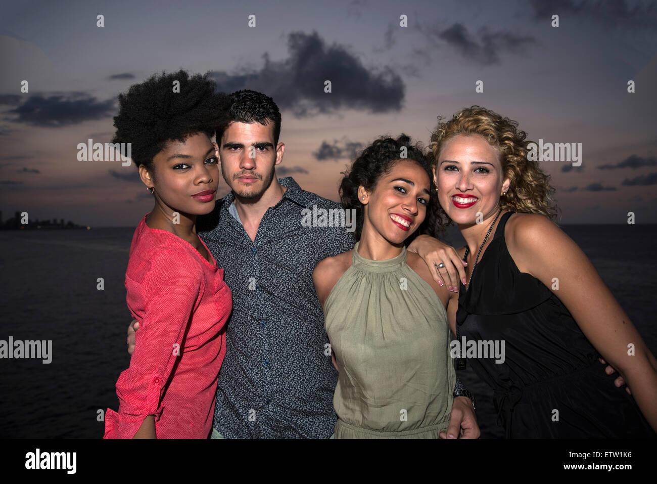 Quatre jeunes gens ensemble Photo Stock
