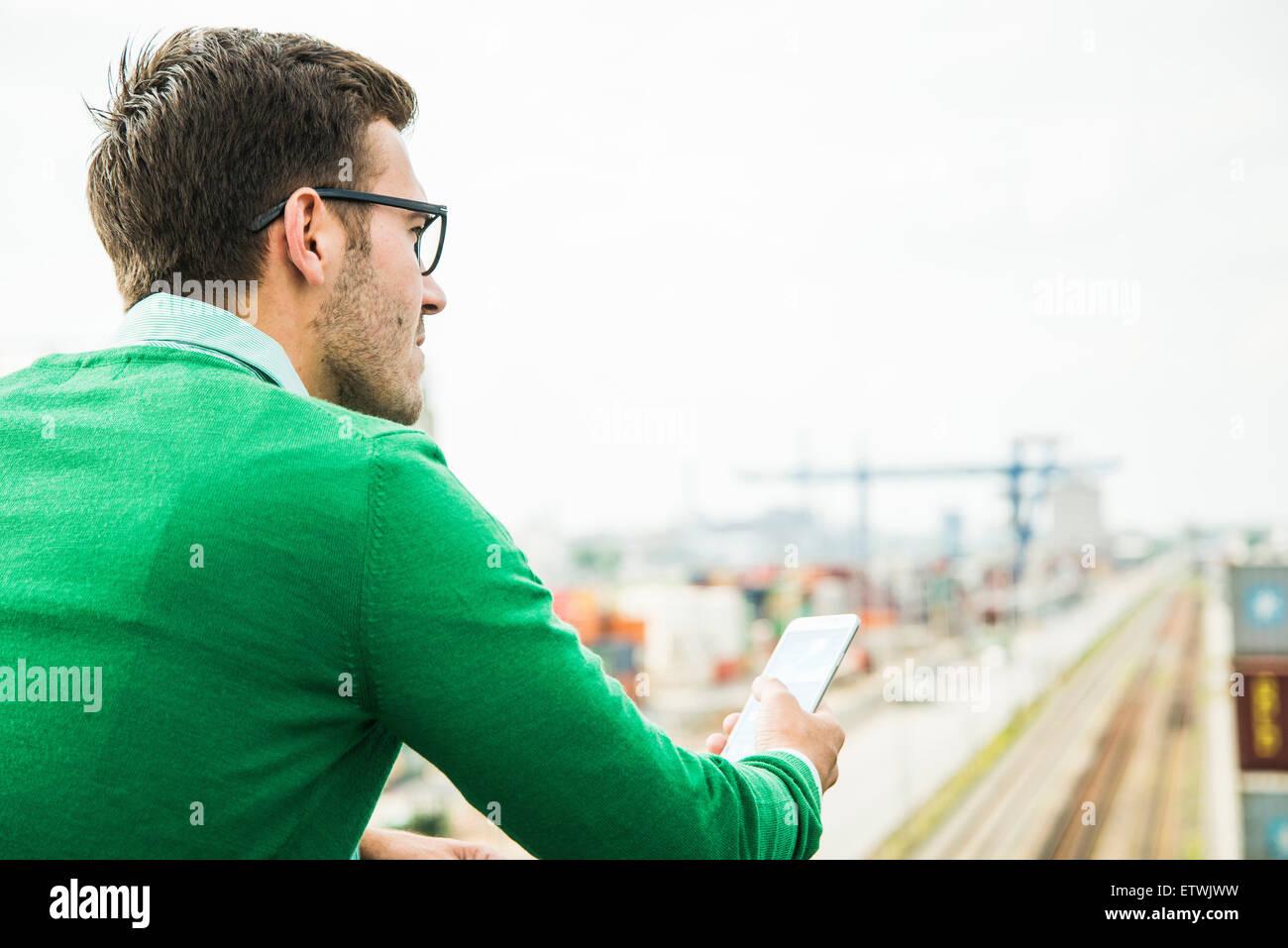 L'homme extérieur holding cell phone Photo Stock