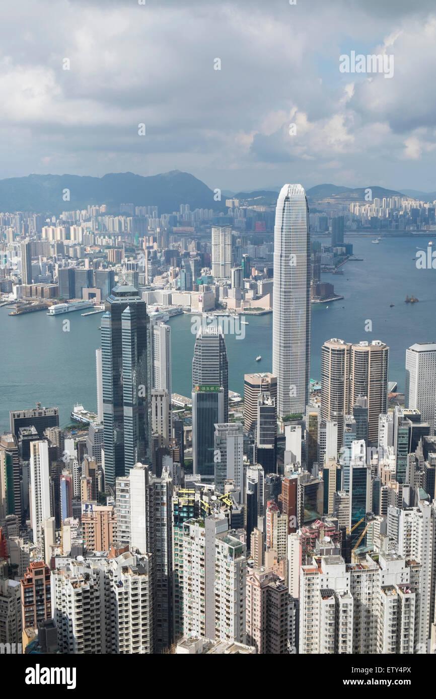 Skyline de jour de Hong Kong et le port de Victoria de la pointe sur une journée claire Photo Stock