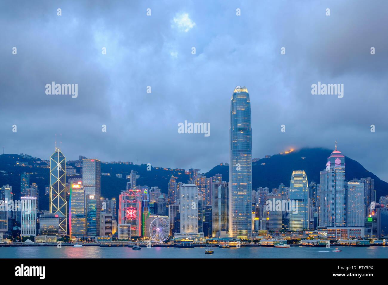 La tombée des toits de gratte-ciel de Hong Kong de Kowloon sur une journée claire Photo Stock
