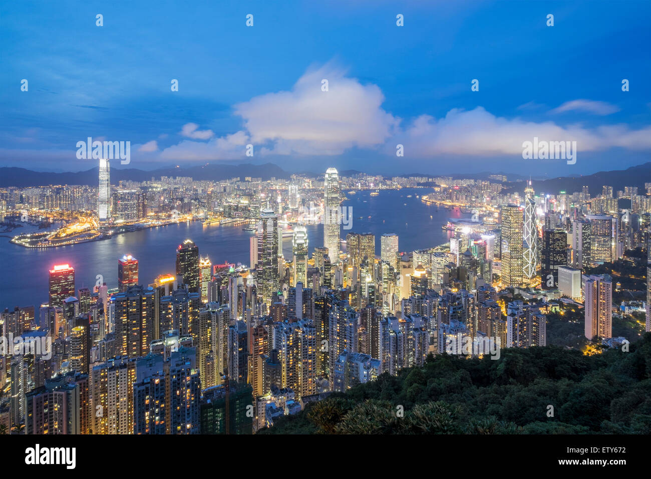 Night skyline de Hong Kong et le port de Victoria de la pointe sur une journée claire Photo Stock