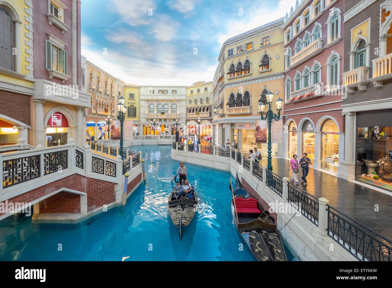 Canal et Gondola sur canal à l'intérieur du Venetian Macao casino et hôtel à Macao Chine Photo Stock