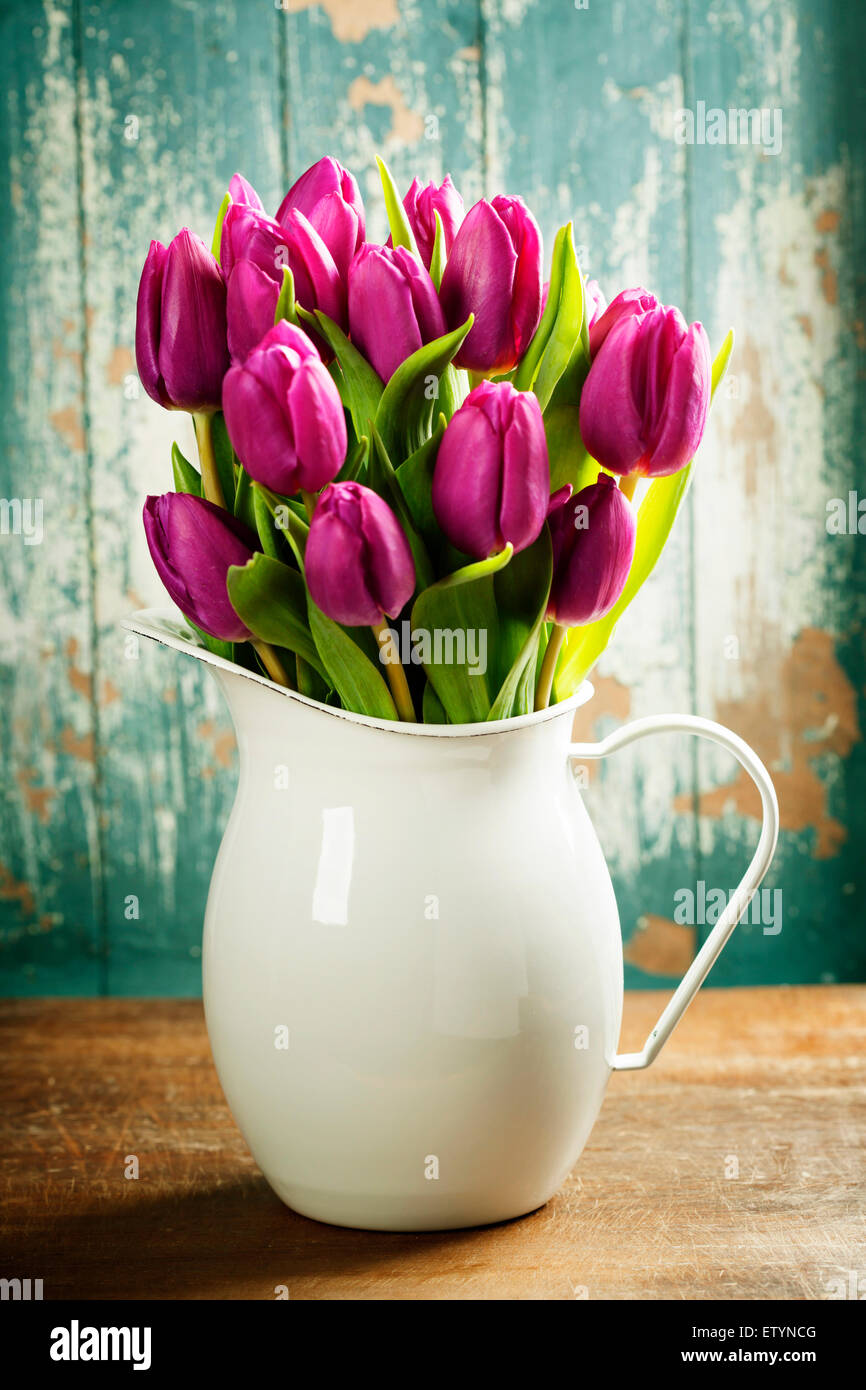 Tulipes pourpres sur une surface en bois. La photographie de studio Photo Stock