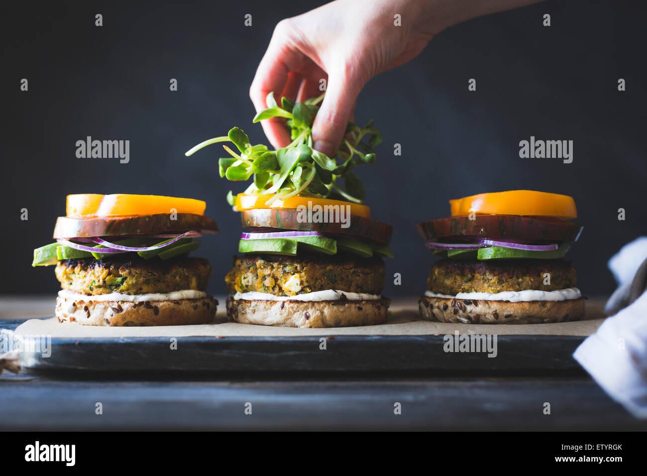 Courgette, Feta et épicé aux pois chiche veggie burgers sauce yogourt à la menthe Photo Stock