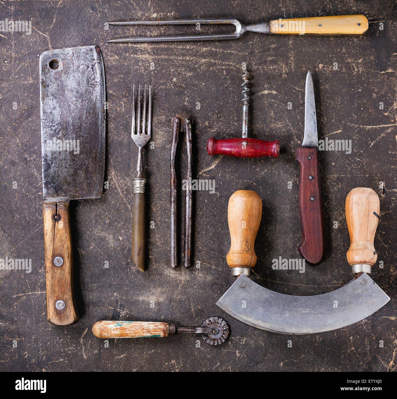 Ensemble de cuisine vintage sur fond sombre. Vue d'en haut Photo Stock