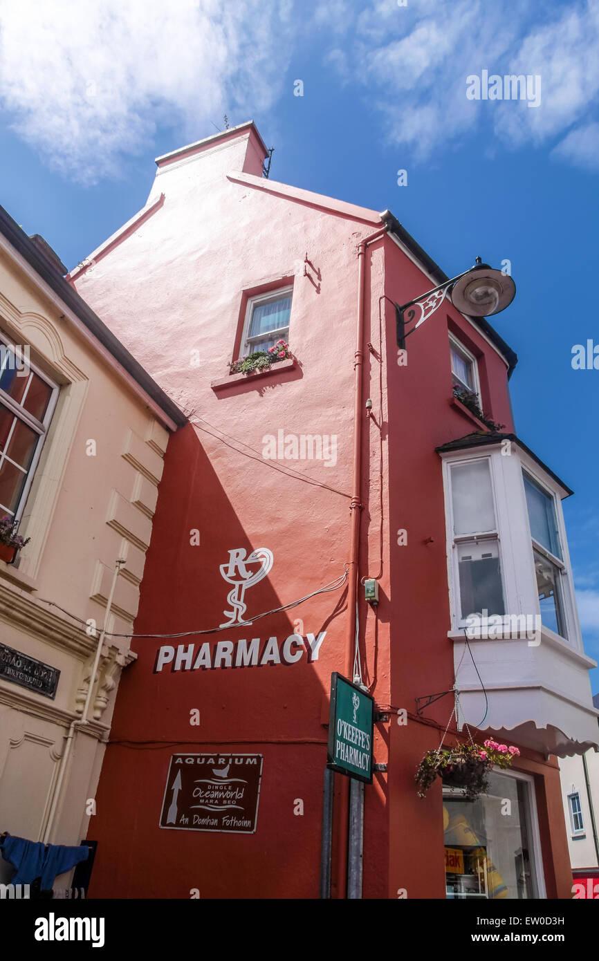 Pharmacie peint rouge à Dingle, comté de Kerry, Irlande Photo Stock