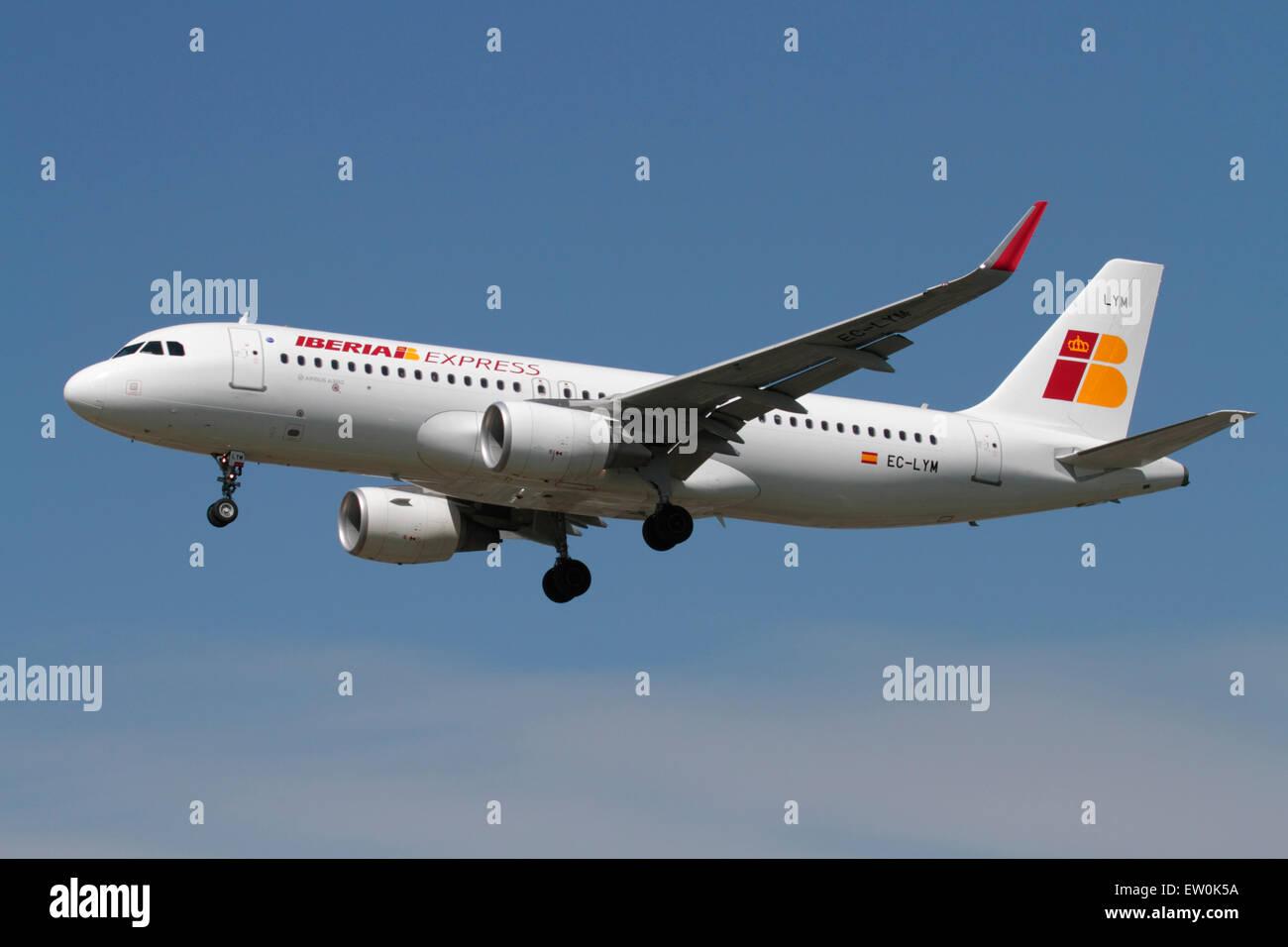 Le transport aérien commercial. Iberia Express avion Airbus A320 en approche Photo Stock