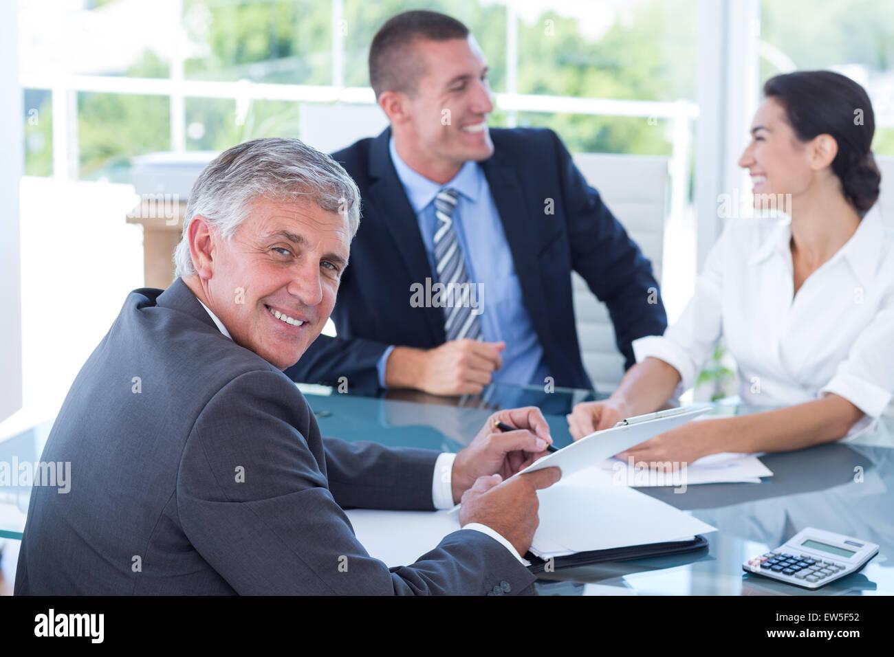 Smiling business people brainstorming ensemble Photo Stock