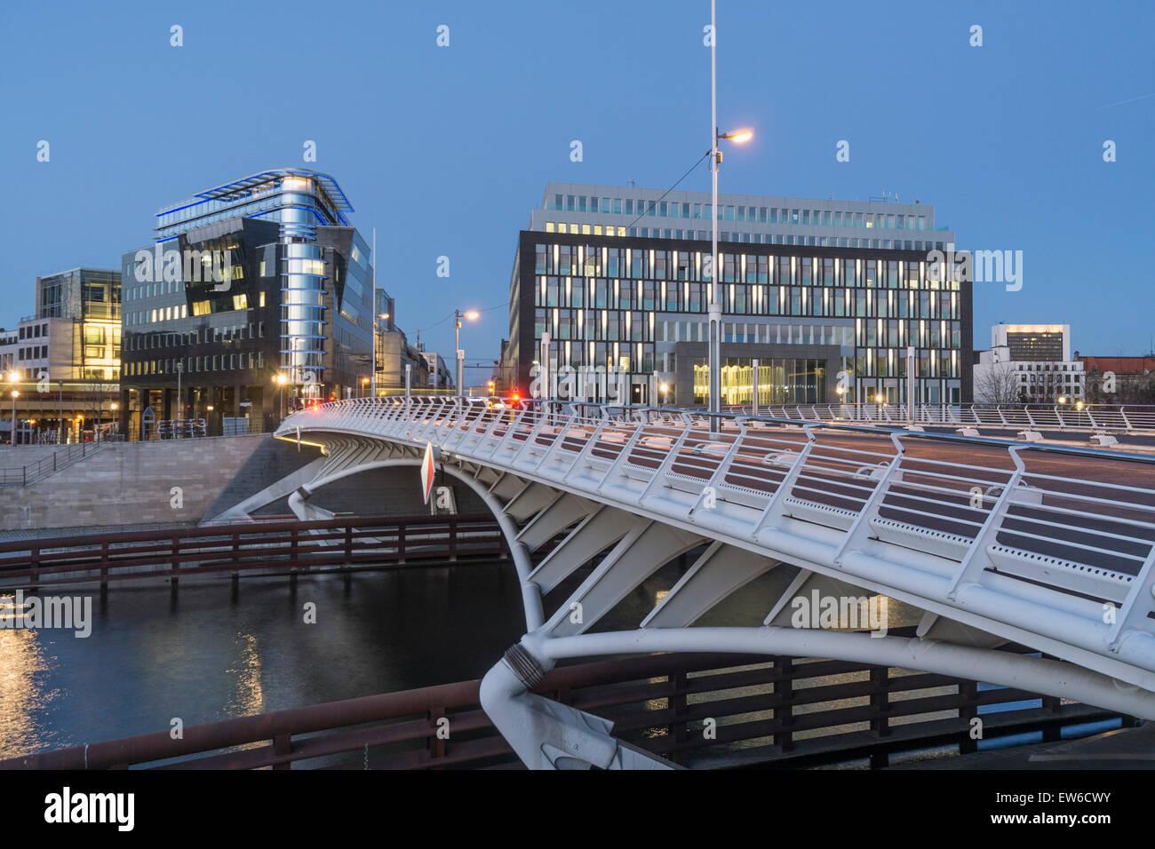Kronprinzen Bridge, l'architecture moderne, pont Calatrava, Spreeeck, Bundespressekonferenz, Berlin , Allemagne Banque D'Images
