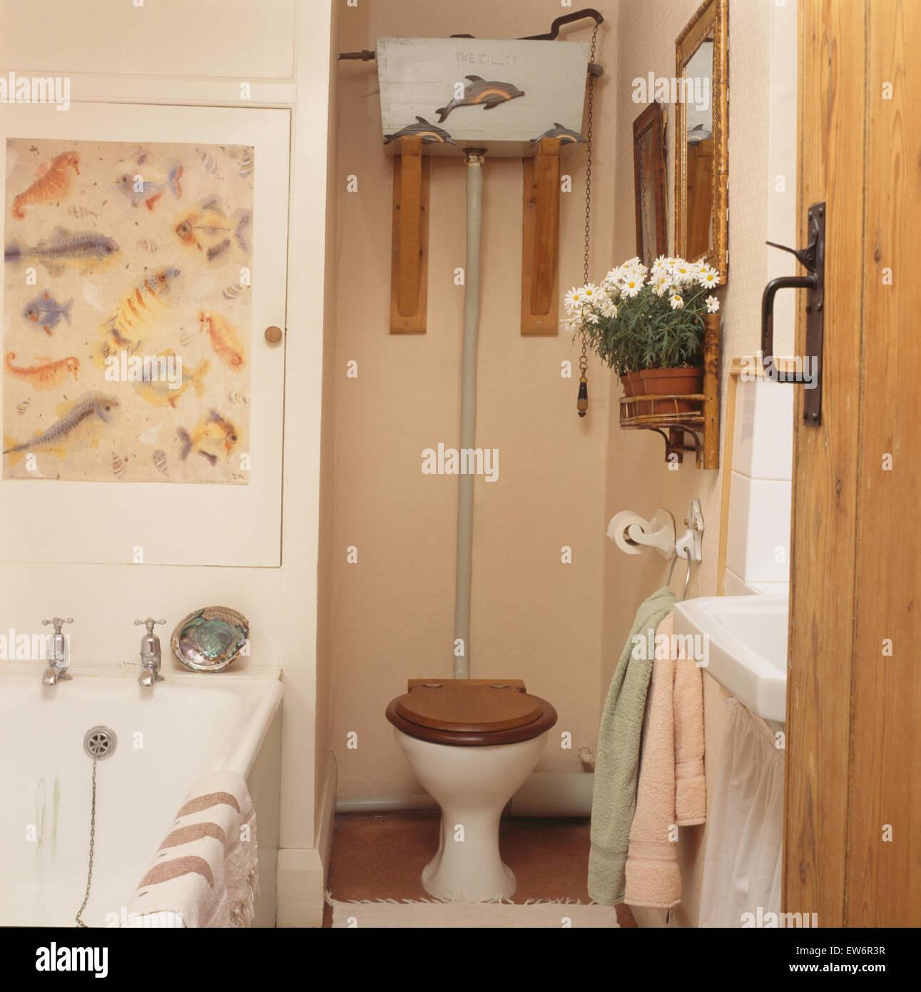 Citerne à l\'ancienne au-dessus de toilettes avec siège en bois en 90 ...