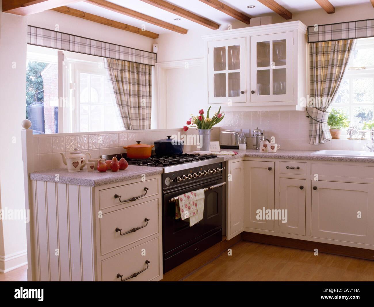 Cuisiniere Four Noir En Blanc Cuisine Cottage Avec Rideaux Gris