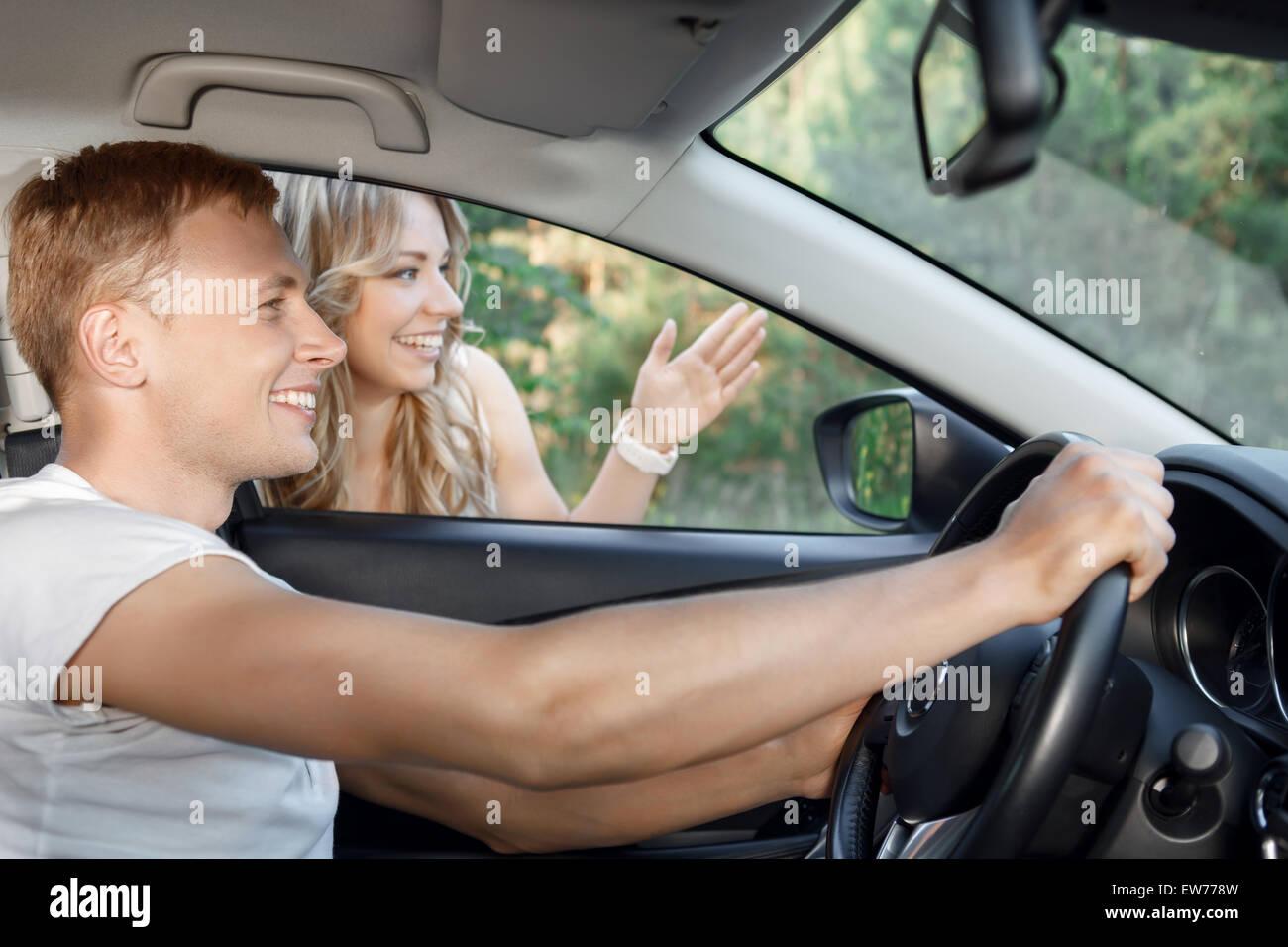 Jeune couple dans la voiture Photo Stock