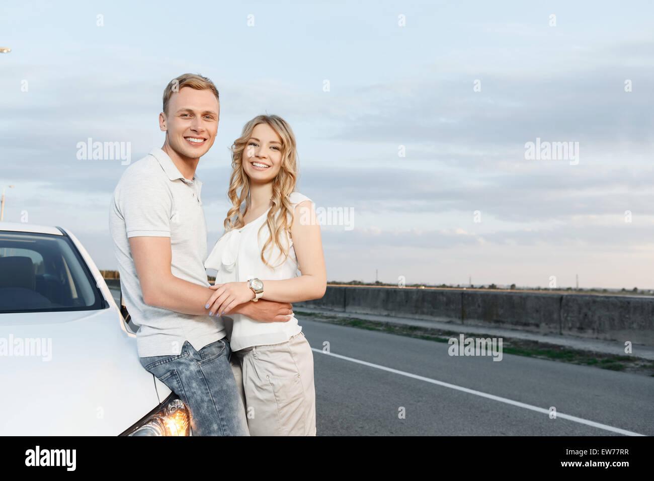 Quel beau couple près de la voiture Photo Stock